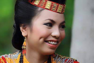 Kecantikan Dibalik Wanita Toraja