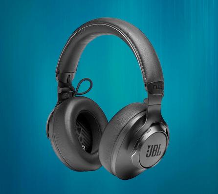 أطلقت JBL سلسلة Club من سماعات الرأس في الهند ، مع ثلاثة طرازات وأسعار تبدأ من 133 دولار. سلسلة سماعات الرأس Club هي سلسلة متميزة مع ميزات متطورة مثل الاتصال اللاسلكي وإلغاء الضوضاء النشط ودعم المساعد الصوتي والمزيد. تتوفر سماعات الرأس الثلاثة الجديدة عبر الإنترنت وفي وضع عدم الاتصال في جميع أنحاء الهند.    مواصفات وخصائص سلسلة JBL Club    في حين أن JBL Club 700BT هي سماعة رأس لاسلكية متوسطة المدى ، فإن سماعات Club 950NC و Club One تتميز أيضًا بإلغاء الضوضاء النشط أيضًا. يُزعم أن عمر البطارية يصل إلى 50 ساعة على JBL Club 700BT ، في حين أن الخيارات الأعلى لها عمر بطارية  يدعى حوالي 23-25 ساعة عند استخدامها مع وظيفة إلغاء الضوضاء النشطة.