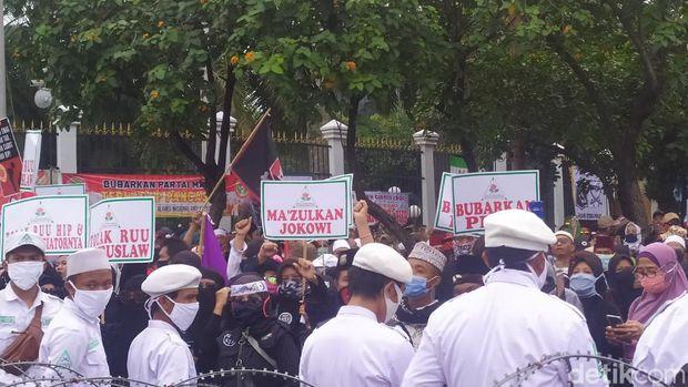 Massa Demo DPR Tuntut Pemakzulan Jokowi dan Bubarkan PDIP