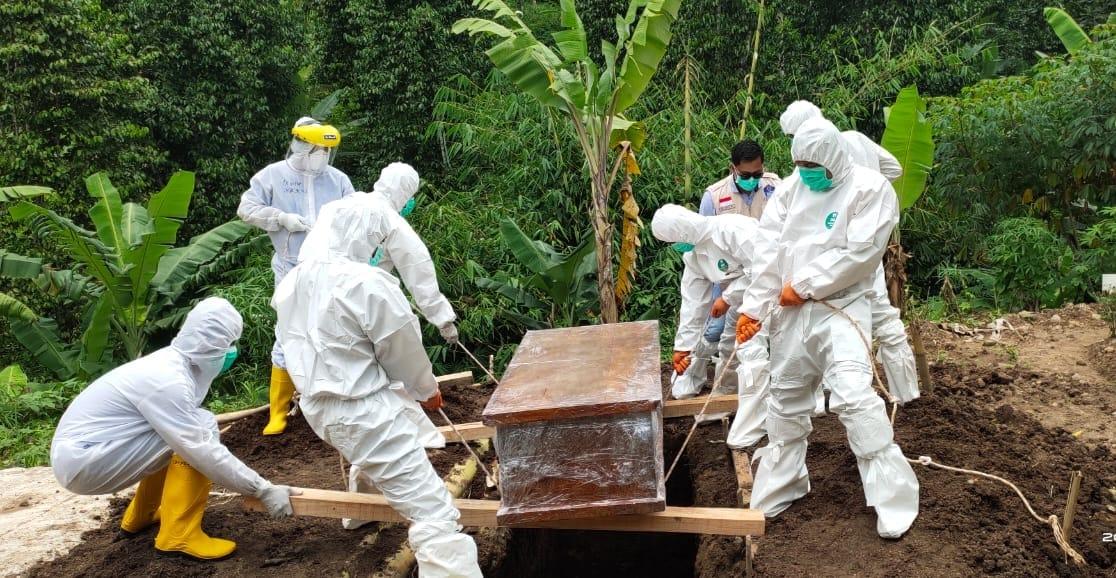 Koptu David yang tergabung dalam Tim Evakuasi Gugus Tugas Penanganan Covid-19 Kota Bandar Lampung, turut membantu prosesi pemakaman satu orang jenazah yang merupakan warga Kota Bandar Lampung