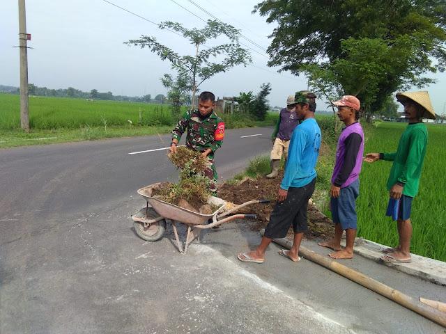 KodimKaranganyar - Wujud Kemanunggalan TNI Bersama Rakyat, Babinsa Jantiharjo Melaksanakan Karya Bhakti