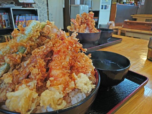 海鮮天丼とエビ天丼の写真