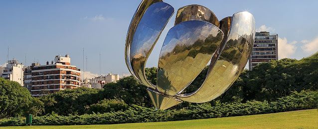 escultura de metal em formato de flor