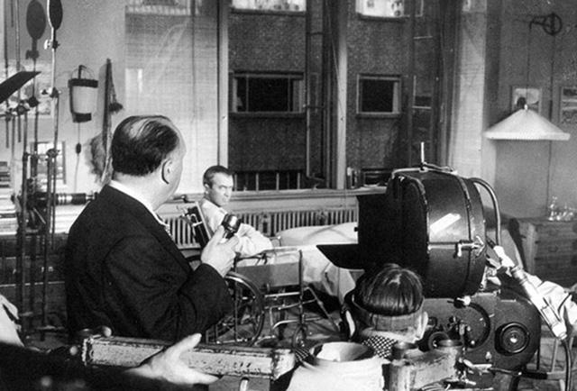 Alfred Hitchcock dirige a James Stewart en La ventana indiscreta.