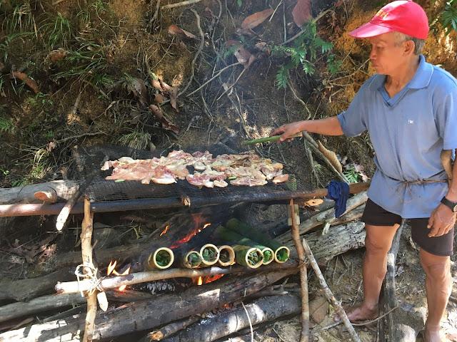 Aus Bambusrohren erbauter Grill