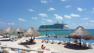 "Bahasa pelayaran Meksiko Riviera adalah sederhana untuk belajar. Ketika Anda terbangun setiap hari untuk luar biasa, pagi bermandikan matahari lain, Anda akan berkata, ""Qué día más bueno!"" - hari yang indah! Setiap kali pelayan ramah atau tukang pijat bertanya bagaimana Anda lakukan, Anda tulus akan merespon, ""Muy bien, gracias"" - sangat baik, terima kasih. Dan setiap kali seorang wanita-nya kulit gelap Meksiko tua menyala dengan pirus terang perhiasan-bertanya apakah Anda menikmati pelayaran, Anda akan berseru, ""Sí, sí, sí!"""