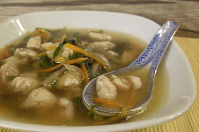 Sopa de miso con pollo, wakame y verduras.