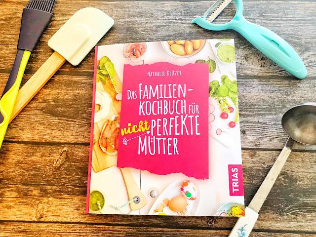 """""""Das Familienkochbuch für nicht perfekte Mütter"""": Tipps für ein entspanntes Kochen von Nathalie Klüver. Im Interview verrät die Autorin des neuen Kochbuchs für Familien tolle Tipps und Tricks, wie das Kochen entspannt gelingt - ohne den Druck der Perfektion."""