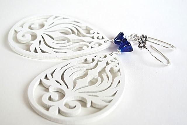 Prachtige witte uitgesneden houten ornamenten met kobaltblauwe glazen bloempjes en sterling zilveren bloemenhaakjes.