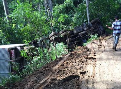 Caminhão tomba em estrada na zona rural de Ibirataia