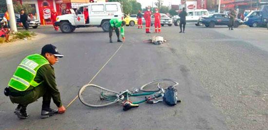 Video ciclista arrollado por un trailer en la Av. Héroes del Chaco