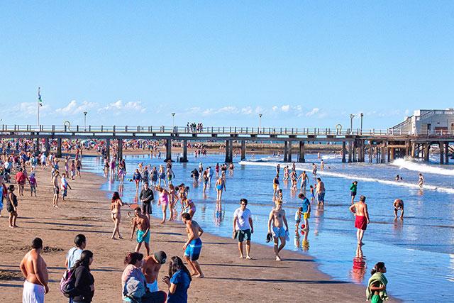 Verano bañistas en la playa a todo color