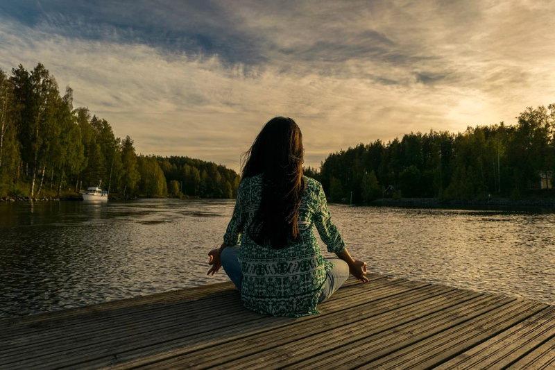 Pessoa a meditar