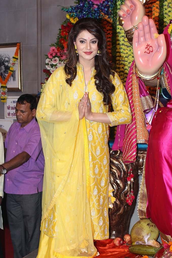 Urvashi Rautela Visit Andheri Cha Raja To Take Blessing Of Bappa