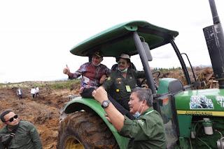 Waduh! Tinjau Lokasi Food Estate di Humbahas, Traktor Mentan dan Wagubsu Nyaris Terbalik