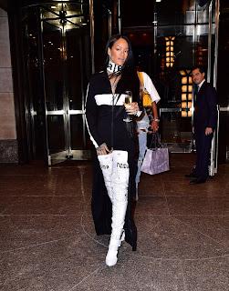 Rihanna con botas altas de Puma
