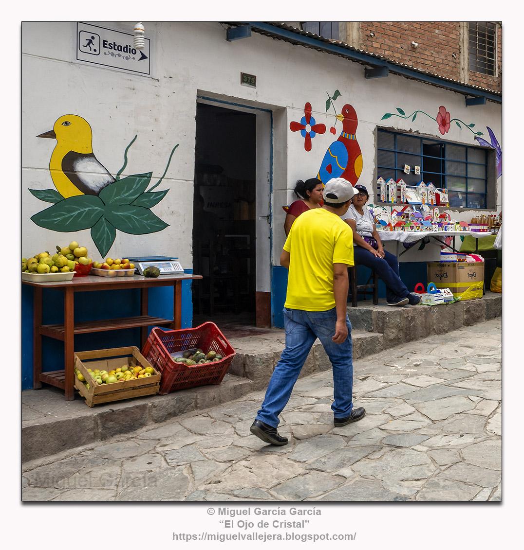 Antioquía (Perú).- Caminante en amarillo.