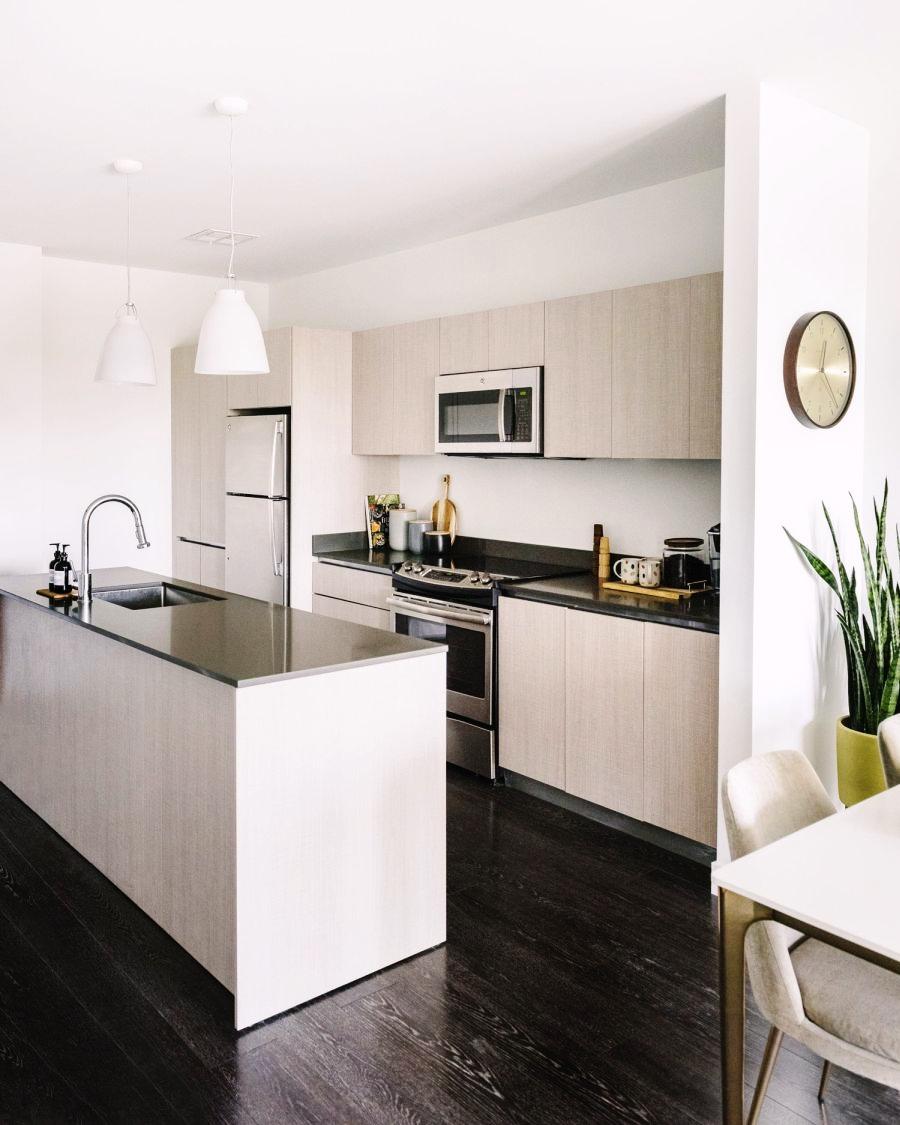 Niewielkie mieszkanie z klasą, wystrój wnętrz, wnętrza, urządzanie domu, dekoracje wnętrz, aranżacja wnętrz, inspiracje wnętrz,interior design , dom i wnętrze, aranżacja mieszkania, modne wnętrza, apartament, apartment, mieszkanie, złote dodatki, niebieskie dodatki, prostota, minimalizm, salon, kanapa, industrialny stolik, stolik kawowy, prostokątnystolik, living room, musztardowa kanapa, niebieski dywan, kuchnia, kitchen, meble kuchenne, wyspa kuchenna, zabudowa kuchenna