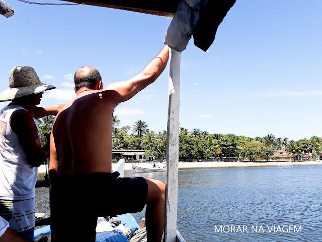 Atravessando o Rio do Inferno para desembarcar na Ilha de Boipeba