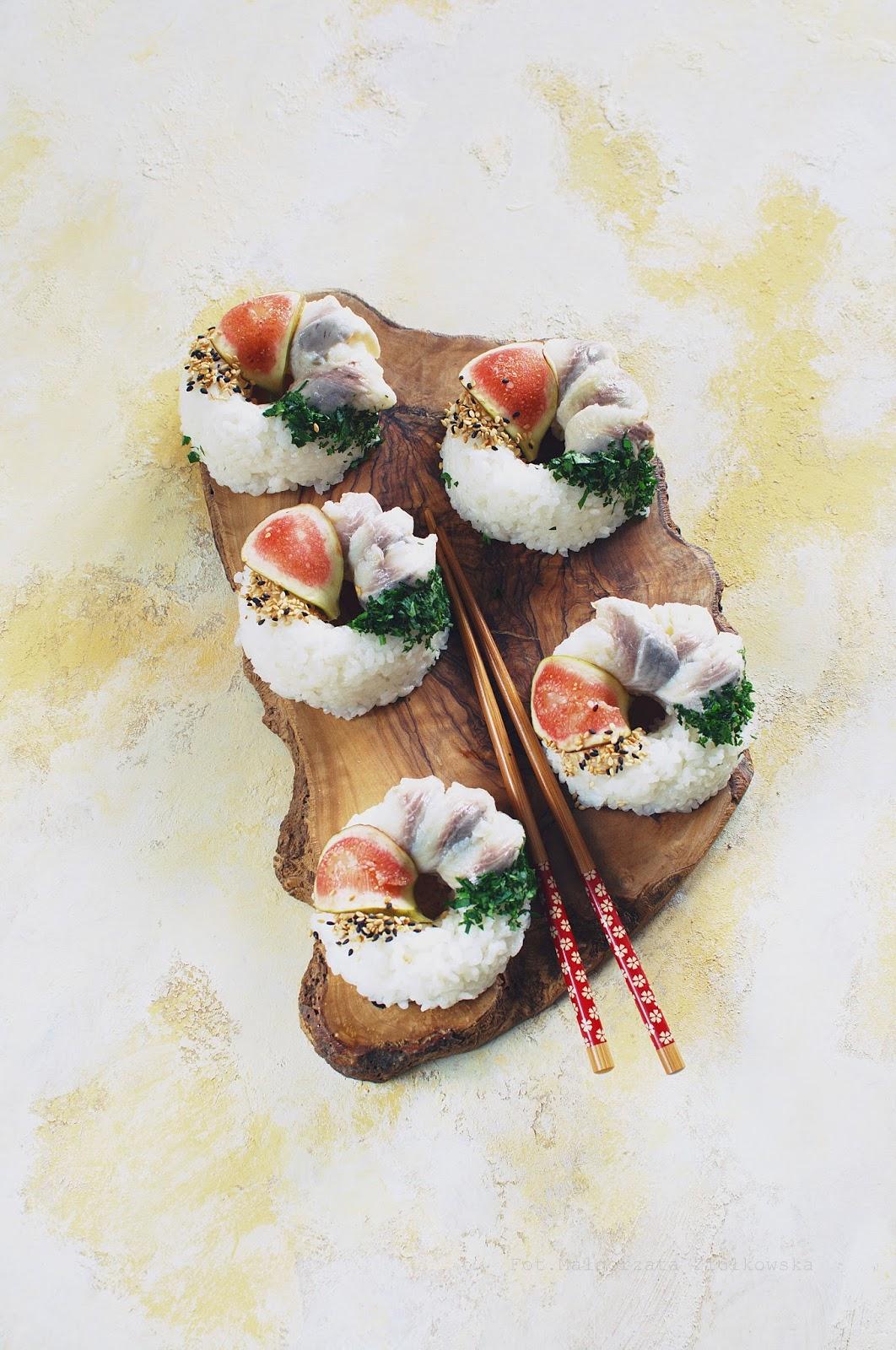 Oponki a'la sushi z marynowanym śledziem, figą i kawiorem balsamicznym