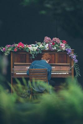 Piano en un jardín adornado con flores