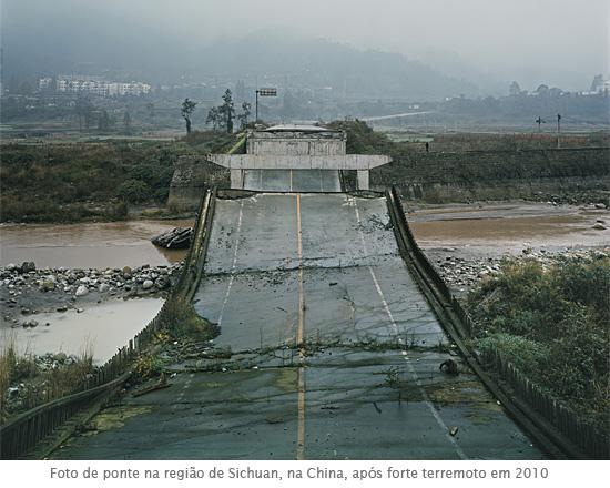 Foto de ponte na região de Sichuan, na China, após forte terremoto em 2010