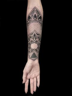 tatuaje mandala en el antebrazo de un mujer