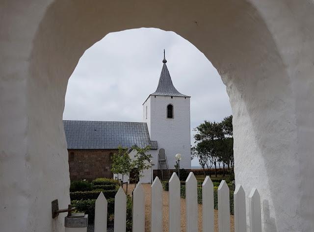 Rund um den Ringkøbing Fjord, Teil 1: Drei Badestellen und eine weiße Kirche. Die weißgekalkten Kirchen Dänemarks sind sehenswert!