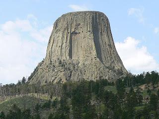 Monumento Nacional de la Torre del Diablo, EEUU. Se trata de una especie de una gran roca basáltica agrietada en forma de volcán