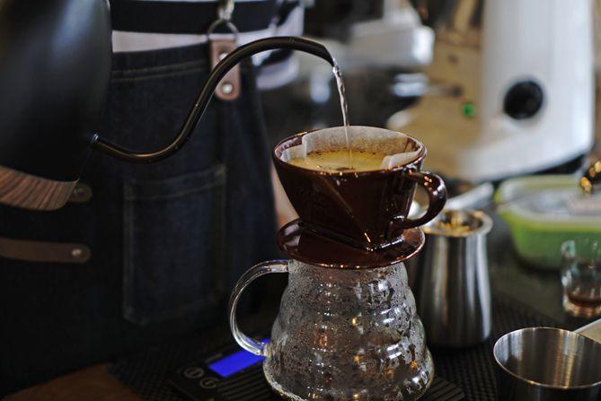 Menyeduh kopi dengan metode Kalita