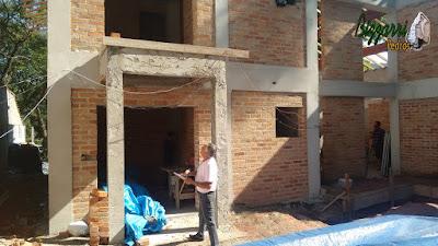Bizzarri visitando uma obra onde vamos fazer os revestimentos de pedra nos pilares do terraço com a lareira de pedra e os revestimento de pedra nas paredes. 07 de novembro de 2016.