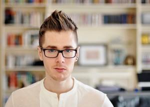gaya rambut spiky pria berkacamata 3
