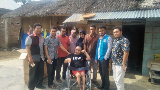 Lembaga Peduli Dhuafa Menyerahkah Satu Unit Kursi Roda Kepada Penyandang Disabilitas di  Gampong Kupula, Aceh Timur
