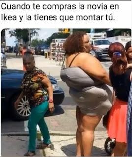 Mujer en la calle gorda con una forma anormal