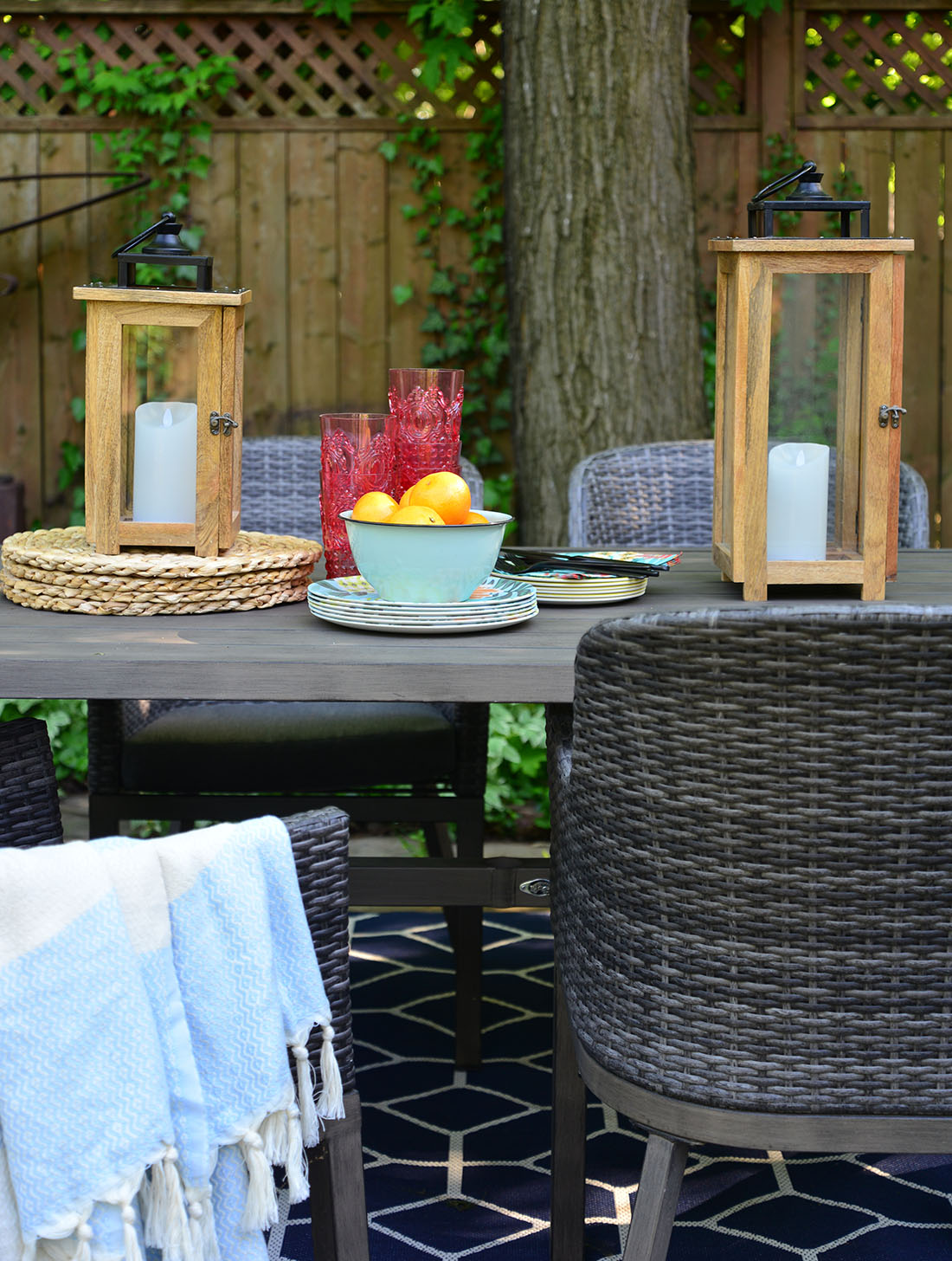 summer table setting, outdoor dining decor, outdoor summer decor, oranges in bowls, wooden lanterns on table
