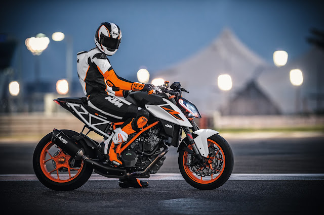 1290 KTM Super Duke Riding