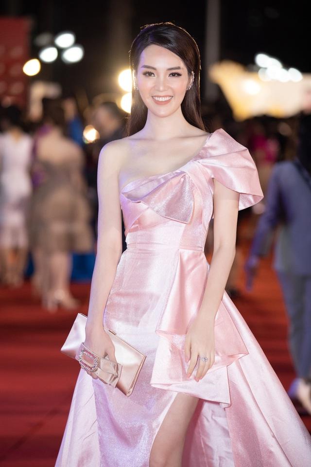 Phương Nga - Bình An sánh đôi trên thảm đỏ Hoa hậu Việt Nam 2020