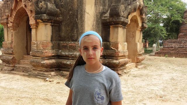 Macarena en Bagan con thanaka