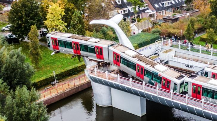 Tren se descarrila y una enorme obra de arte evita que se caiga del puente