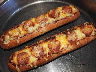 Pizza pe bagheta reteta snach pizza rapida de casa pe bagheta cu carnati picanti ardei iute cascaval afumat si ketchup retete culinare mancare stradala,