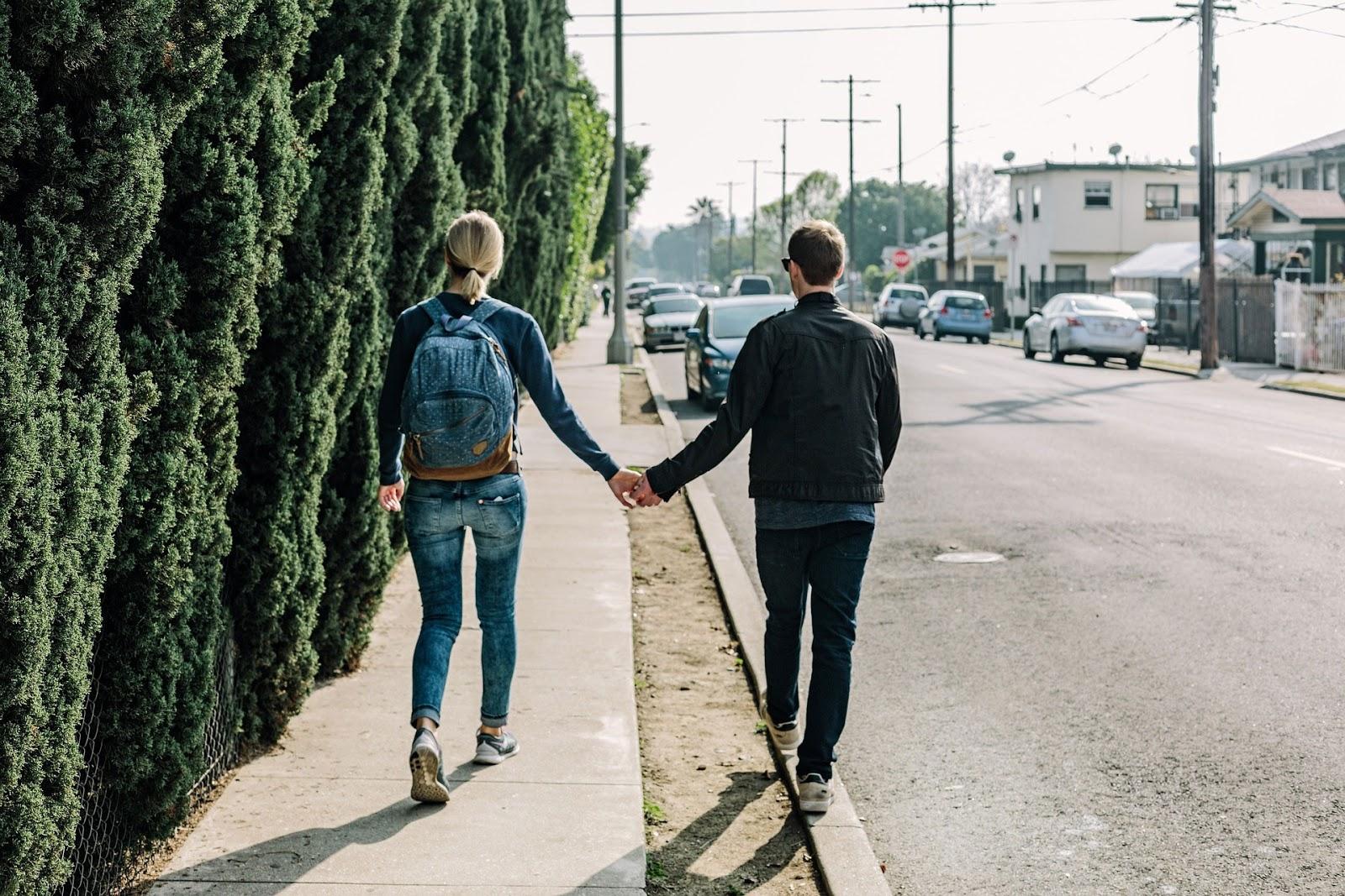 Paar am Weg