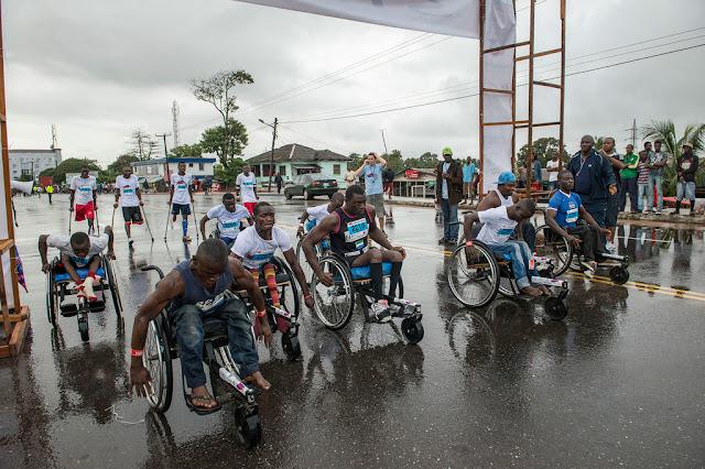 Atletas liberianos empujan sus sillas de ruedas durante un carrera popular de diez kilómetros en Monrovia.UNMIL/Staton Winter