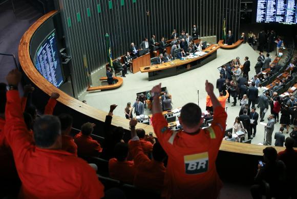 Mudança na lei foi aprovada na Câmara dos Deputados sob protestos de petroleiros Fabio Rodrigues-Pozzebom/Agência Brasil
