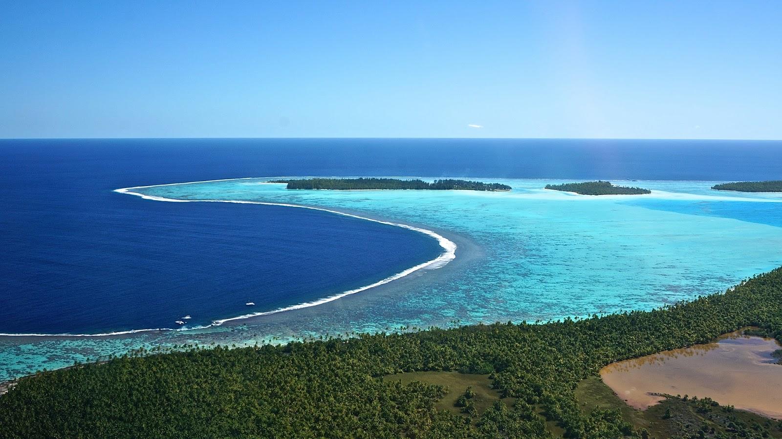 Tahiti moorea Tetiaroa from the sky flying over island and atoll French polynesia www.lexieblush.co.uk