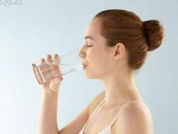Uống nước sau khi ngủ dậy cực tốt