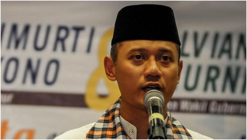 Agus Harimurti Yudhoyono menyampaikan pidato usai mendaftar menjadi Cagub DKI