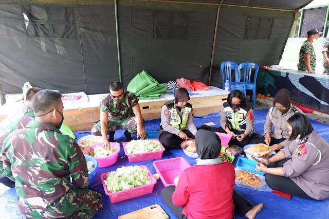 KodimKaranganyar - Tidak Ada Kata Bosan Bagi TNI-Polri Untuk Membantu Meringankan Beban Masyarakat