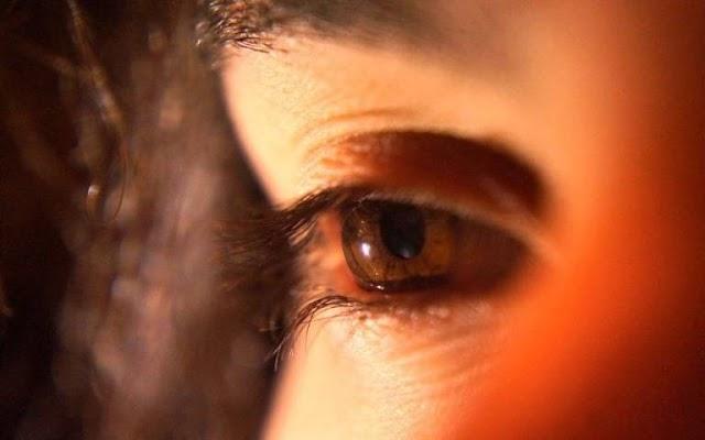 Η μειωμένη όραση βελτιώνεται κοιτάζοντας το βαθύ κόκκινο φως