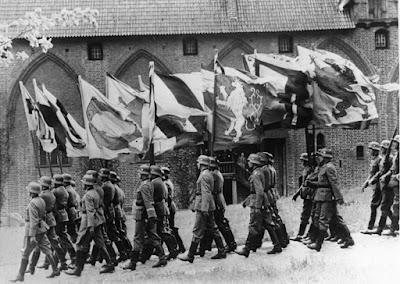 Γερμανοί στρατιώτες με σημαίες, στη διάρκεια του πρώτου παγκοσμίου πολέμου / German soldiers marching with flags during World War I