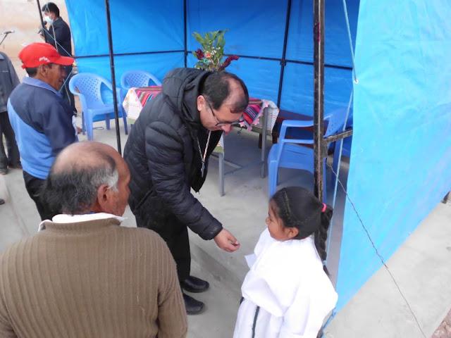 Der Bischof hat ein Herz für die Kleinen, aber die Ministrantin scheint ein wenig überrascht zu sein.